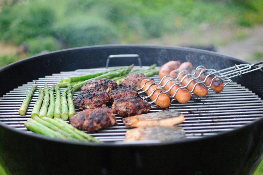 楽しいバーベキューを庭で行おう!煙を少なくする方法を紹介します。