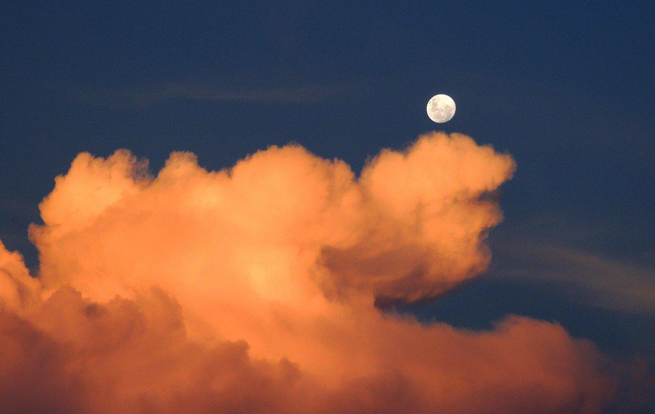 朧月,朧月夜とは?意味や季語とは?